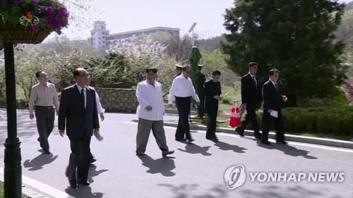 산책하는 김정은과 수행원들