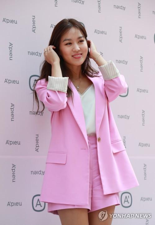 어퓨 리뉴얼 매장 찾은 배우 김희정