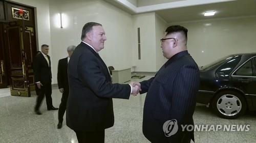 작별 전 폼페이오 장관과 악수하는 김정은 위원장