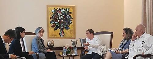 当地时间5月10日,在古巴哈瓦那,康京和(左三)与古巴外长罗德里格斯(右三)举行会谈。(韩联社/外交部提供)