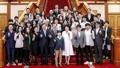 Moon se reúne con la 'troupe' artística surcoreana
