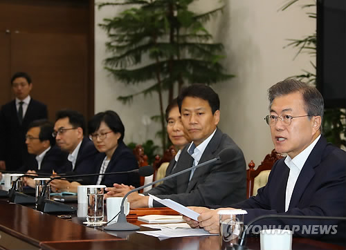 Le président Moon Jae-in prend la parole le lundi 14 mai 2018 à Cheong Wa Dae, lors d'une réunion avec ses conseillers.