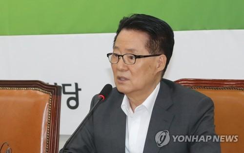 원내대책회의 발언하는 박지원
