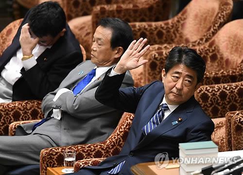 아베 일본 총리(오른쪽)