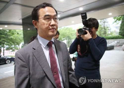硬い表情で政府庁舎に入る趙明均長官=16日、ソウル(聯合ニュース)