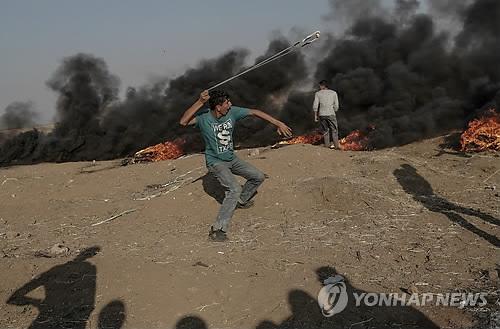 가자지구서 이틀째 유혈사태…돌팔매 던지는 팔레스타인 청년