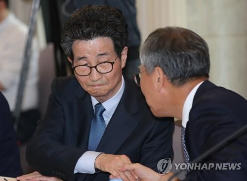 반장식 일자리수석과 악수하는 이목희 부위원장