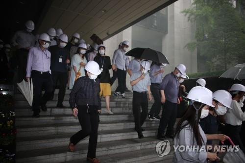 韩公务员参加地震疏散演习