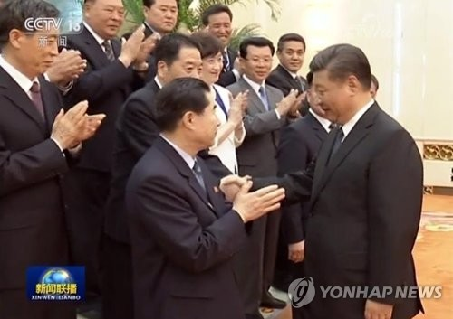 북한 참관단과 악수하는 시진핑