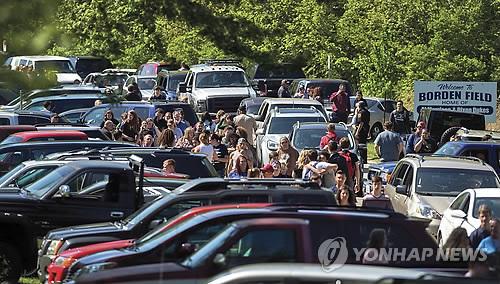 美 일리노이 고교서 총격…학교경찰관이 곧바로 제압