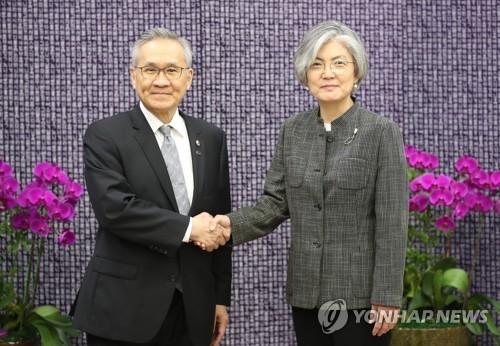 악수하는 한-태 외교 장관