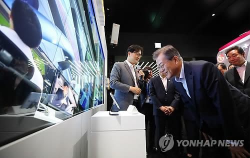 5Gを用いた新技術を体験する文大統領=17日、ソウル(聯合ニュース)