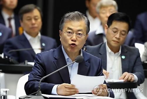 革新成長報告大会で発言する文大統領=17日、ソウル(聯合ニュース)