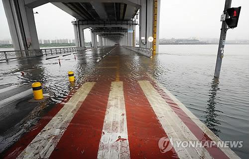 한강 수위 상승으로 잠수교 통제