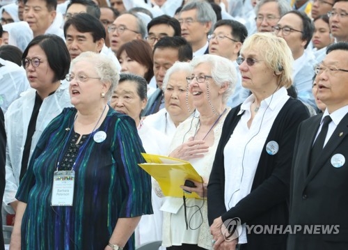 애국가 부르는 '푸른 눈의 목격자들' 유족