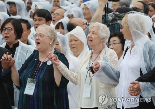 '님을 위한 행진곡' 제창하는 외국인 유족