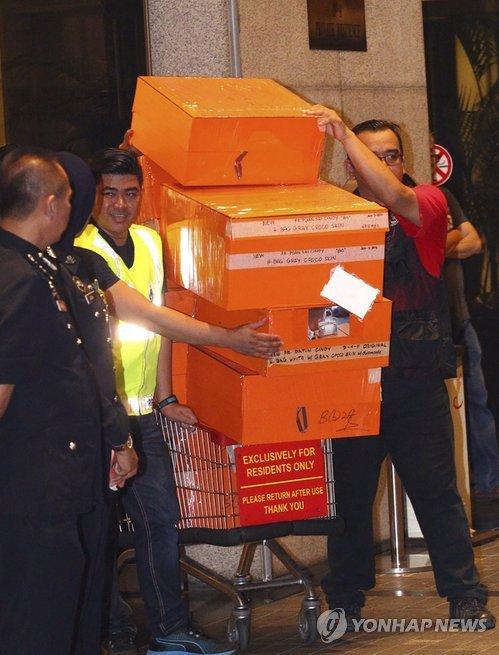 '비리의혹' 말레이 前총리 관련 아파트서 명품백·보석 우르르