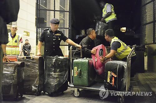 '비리의혹' 말레이 前총리 아파트서 나온 대형 가방들