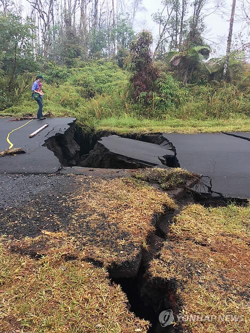 화산 폭발에 산산조각 난 하와이 도로