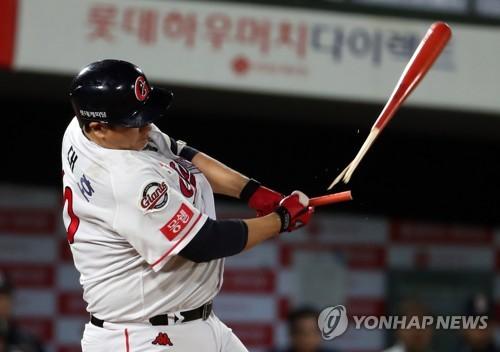 롯데 이대호, 9년 연속 200루타…역대 4번째·최다 타이