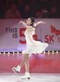 金妍儿一袭白裙冰上舞动