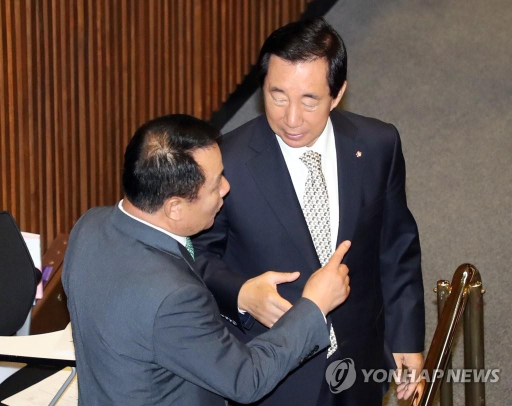 대화하는 김성태 원내대표와 염동열 의원