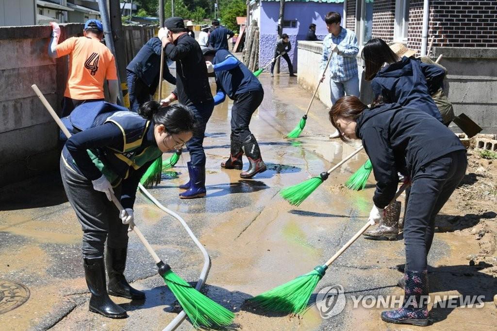 수해복구에 한마음으로…공무원·자원봉사자 '구슬땀'