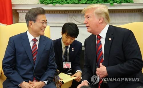 의견 나누는 문 대통령과 트럼프 대통령