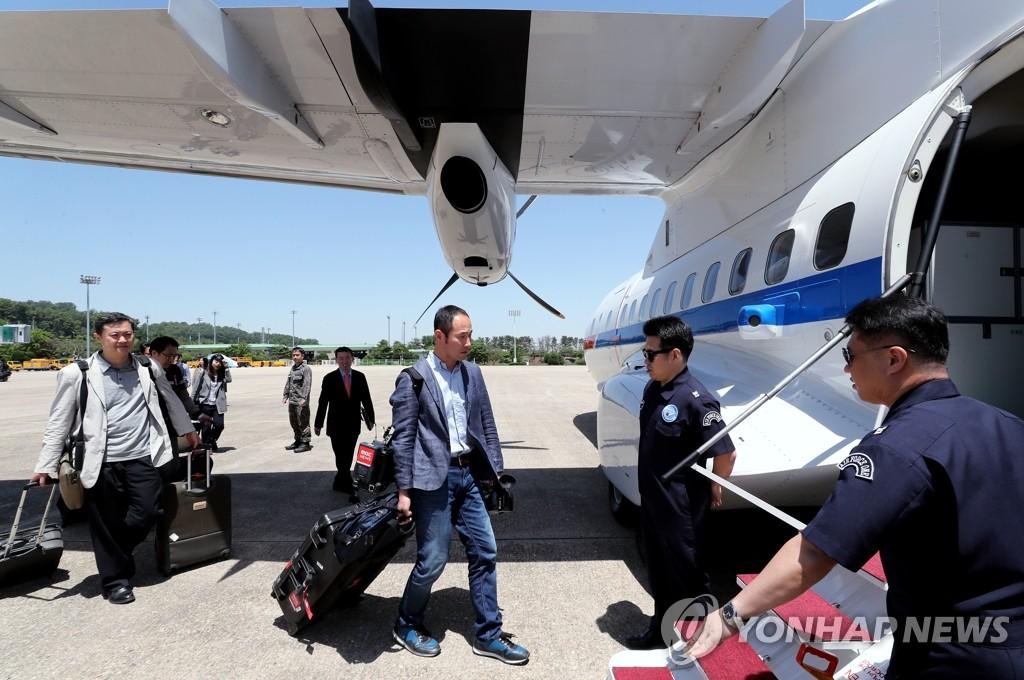 정부 수송기 탑승하는 남측 공동취재단