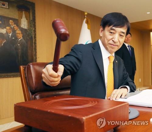 지난 5월 금통위에서 의사봉 두드리는 이주열 총재