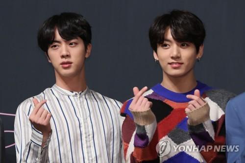 メンバーのJIN(ジン、左)とJUNG KOOK(ジョングク)=24日、ソウル(聯合ニュース)
