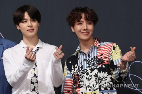 メンバーのJIMIN(ジミン、左)とJ−HOPE(ジェイホープ)=24日、ソウル(聯合ニュース)