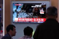 북한 풍계리 핵실험장 폭파 뉴스 보는 시민들