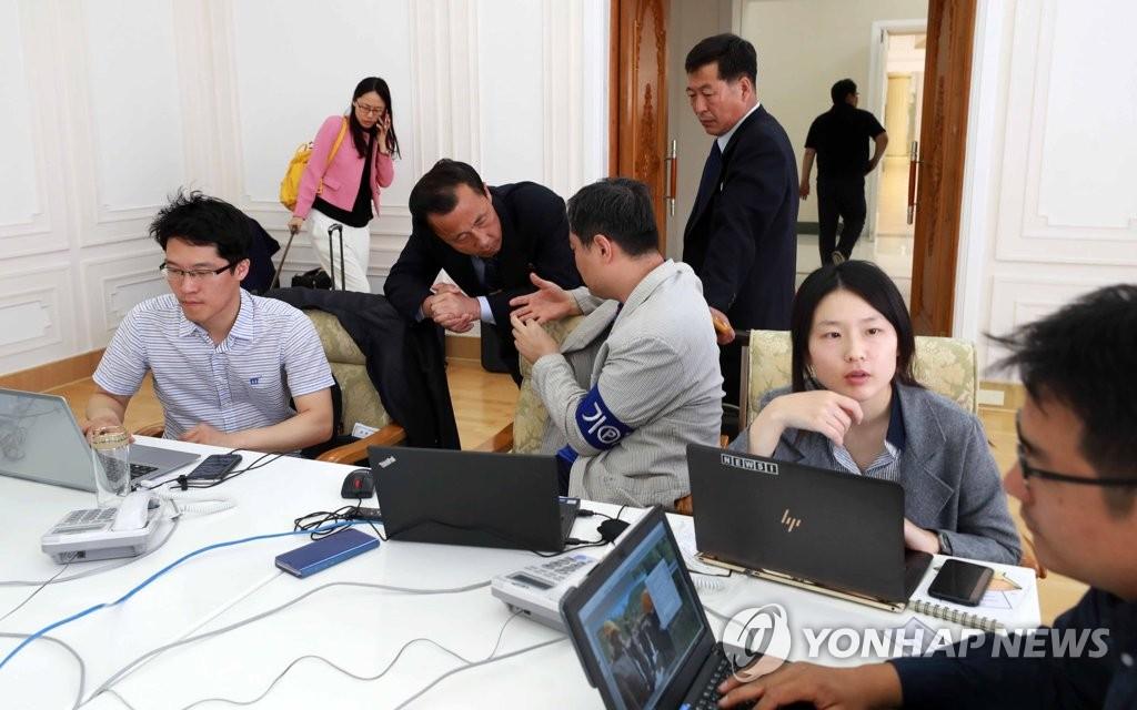갈마호텔 도착한 한국취재진