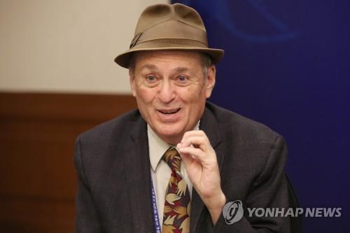 """프리먼 하버드대 교수 """"최저임금 인상, 부작용보다 득 많아"""""""