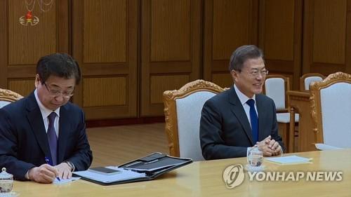 5月26日に2回目の南北首脳会談に臨んだ文大統領(右)と、同席した徐薫(ソ・フン)国情院長(資料写真)=(朝鮮中央テレビ=聯合ニュース)
