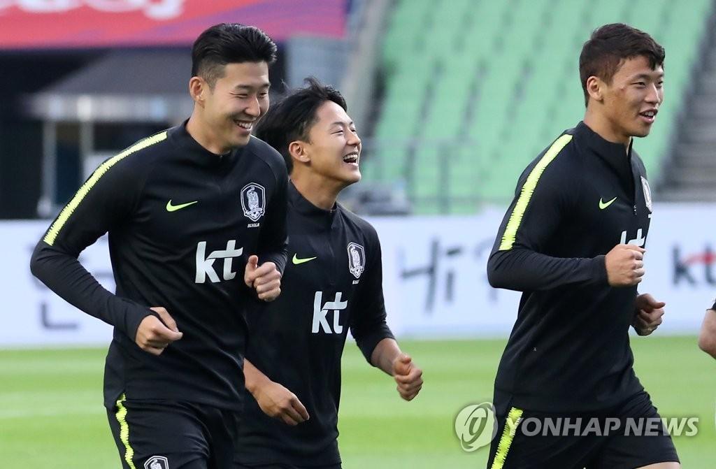 축구대표팀의 핵심 공격수 손흥민(왼쪽)과 황희찬(오른쪽)