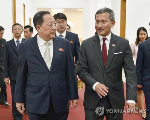 리용호 북한 외무상 만나는 싱가포르 외무장관