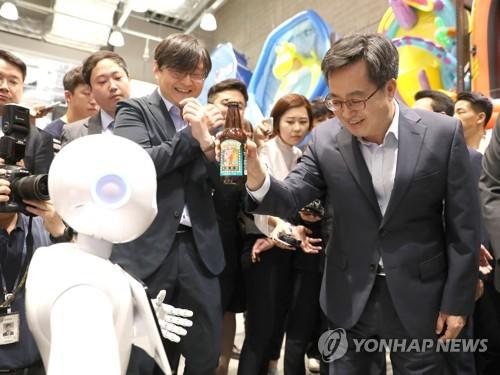 지난 8일 인공지능 로봇 체험하는 김동연 부총리