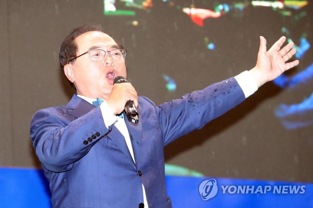 상록수 열창하는 오거돈 부산시장 후보
