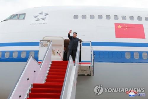 Cette photo publiée dans le Rodong Sinmun le 11 juin 2018 montre le dirigeant nord-coréen Kim Jong-un en train de saluer de la main avant d'embarquer dans un avion d'Air China pour se rendre à Singapour pour le sommet avec le président américain Donald Trump. (Utilisation en Corée du Sud uniquement et redistribution interdite)