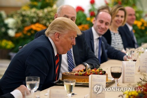 6·12북미정상회담을 하루 앞두고 깜짝 생일축하 받은 트럼프 대통령