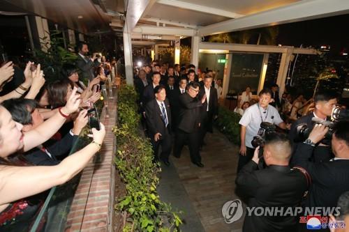 북한 노동신문, 김정은 싱가포르 명소 참관 보도