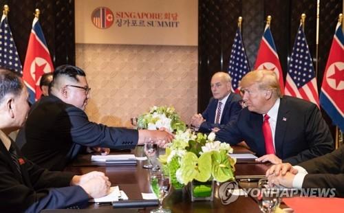 [북미정상회담] 북미정상회담서 악수하는 트럼프-김정은