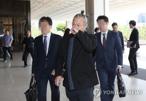 서울중앙지검 들어서는 김기덕 감독