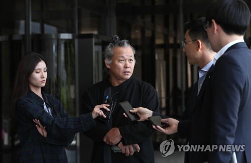 취재진 질문에 답하는 김기덕 감독