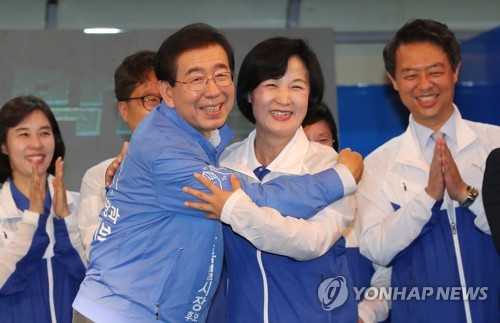 추미애 대표와 포옹하는 박원순
