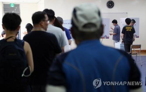 투표 기다리는 시민들