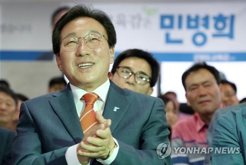 박수 치는 민병희 후보