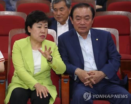 얘기 나누는 조배숙 대표와 장병완 원내대표